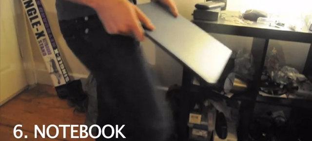 ノートブックを蹴った音