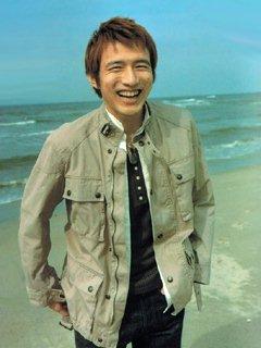 海で微笑む桜井和寿