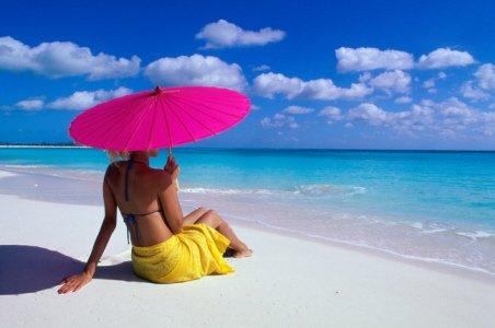 海で日焼けする女性の写真