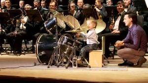 三歳の天才ドラマーがオーケストラと見事な演奏!