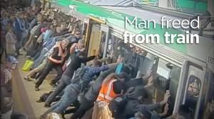 電車とホームの隙間に挟まってしまった人を皆の力で救出!