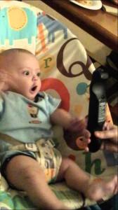 なぜかテレビのリモコンで興奮する赤ちゃん