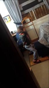 一人でノリノリに踊っていた少年、盗撮されて大激怒!