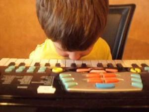 鼻でピアノを弾く天才少年!?