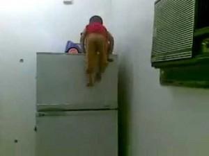 冷蔵庫をスパイダーマンのように登る少年の動画