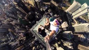 香港のビル群を見下ろす恐怖の景色