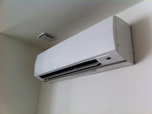 エアコンの除湿機能、ドライモードを使用する。